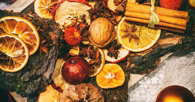 Całe owoce cytrusowe i aromaty grudniowych świąt
